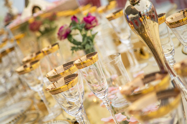 Gold Themed Tableware For Luxury Weddings